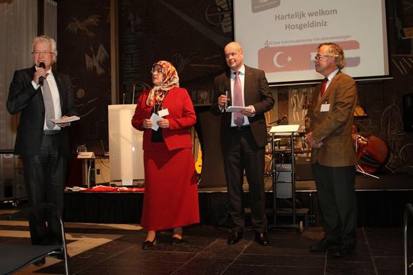 Ronald Migo (KvK), Fadime Yesil-Kumas (Tugra Zorg & Welzijn), Jan Jacob van Dijk (gedeputeerde Prov. Gelderland) en dhr. Holtes (Bouwbedrijf)