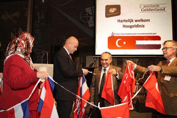Fadime Yesil-Kumas (Tugra Zorg & Welzijn), Jan Jacob van Dijk (gedeputeerde Prov. Gelderland), Yunus Belet (Turks Consol-Generaal)  en dhr. Holtes (Bouwbedrijf)