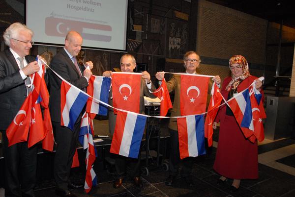 Ronald Migo (KvK), Jan Jacob van Dijk (gedeputeerde Prov. Gelderland),   Yunus Belet (Turks Consol-Generaal), dhr. Holtes (Bouwbedrijf) en Fadime Yesil-Kumas (Tugra Zorg & Welzijn),